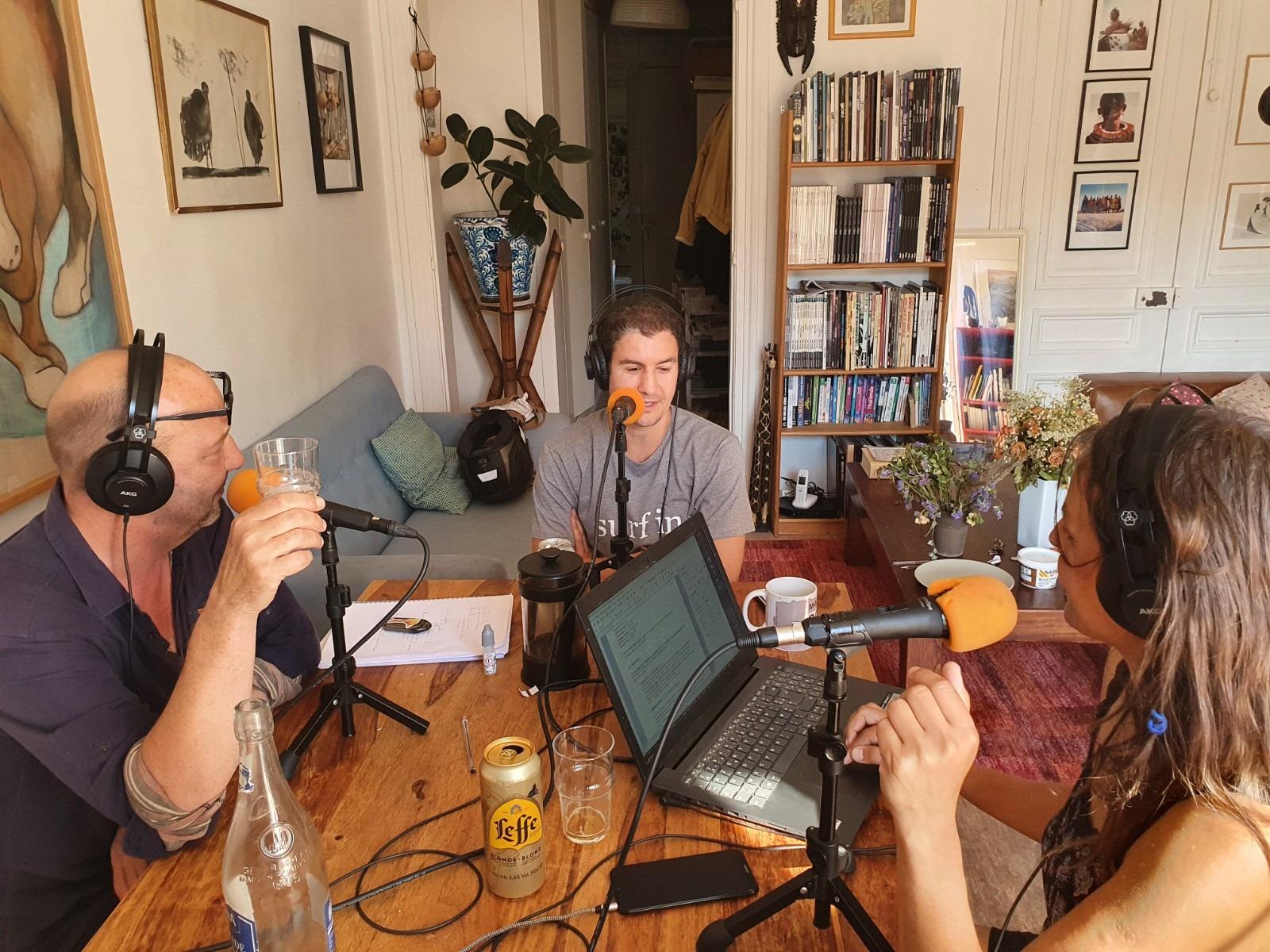 Toujours dans son salon, Eric Lange est en direct deux fois par mois avec Flo et Stéphane pour une heure de son émission Allô la Planète.