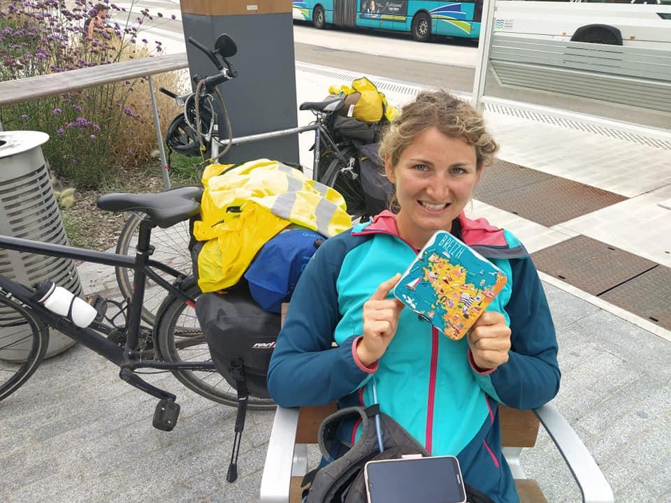 Dans Voyage sans Ailes sur Allô la planète, Delphine voyage à vélo raconte dans cet épisode, son dernier trajet entre Mont St Michel à Lannion qu'elle l'a réalisé avec sa sœur en empruntant l'Euro Vélo 4
