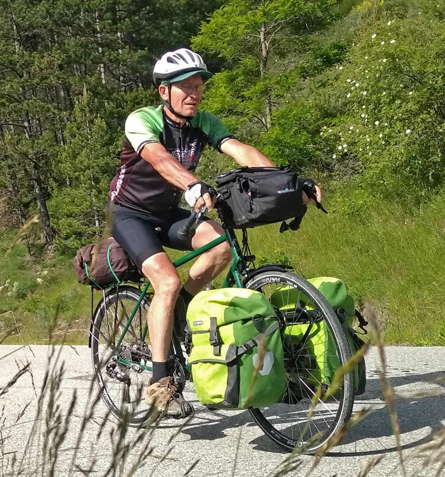 Bernard voyage à vélo depuis 1972. Il se raconte sur Voyage sans Ailes sur Allô la Planète.