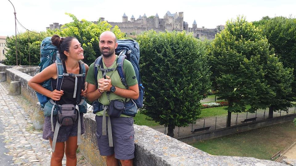 Maxime et Justine traversent la France à pied d'Ouest en Est, à pied, entre juillet et octobre 2020. Les couple est partis de Hendaye pour rejoindre Menton. Ils veulent transmttre leurs découvertes