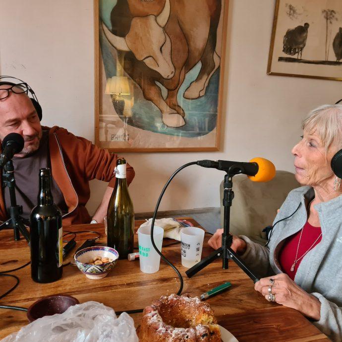 Dans son salon, pour Allo la Planète, Eric Lange reçoit Doris avec les gestes barrières pour éviter de choper la covid