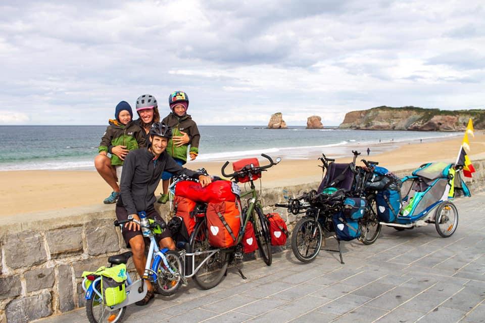 Vincent et Valentine voyagent en famille et font du vélo en 2014 après un cours voyage en Écosse. Ils veulent transmettre ses découvertes