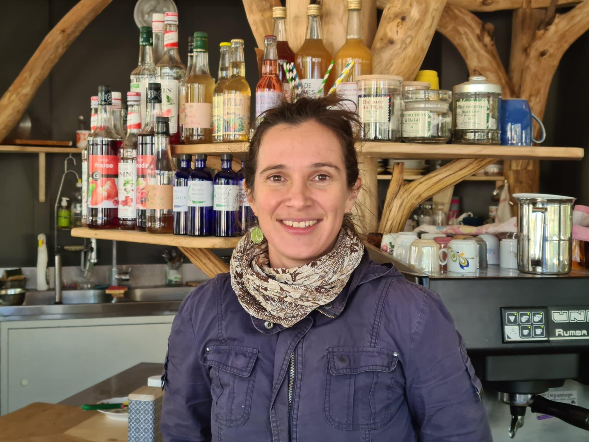 Gabrielle a ouvert en Ardèche une petite restauration appelée La soucoupe. Dans Lunch Box sur la webradio voyage Allô la Planète, elle raconte son goût pour le voyage culinaire local