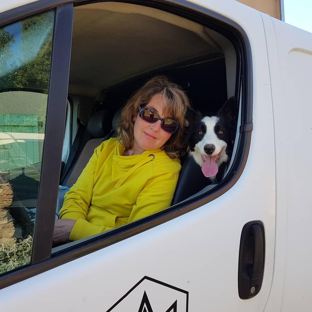 Depuis six ans, Charlène voyage avec son chien Vegas, une femelle border collie de 6 ans. Toutes les deux vivent de nombreuses aventures ensemble. Un podcast Voyage sur Allô la Planète