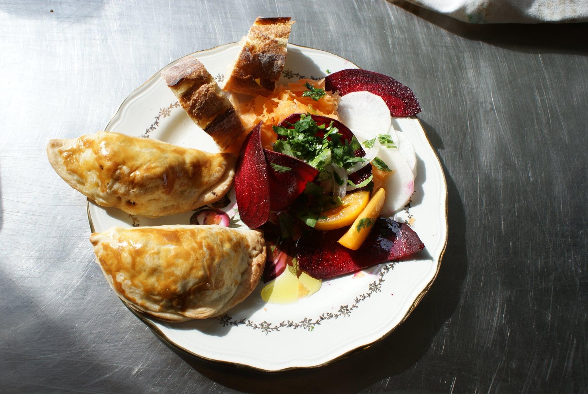 a Soucoupe propose de la vente à emporter le midi, des Empanadas accompagnées de crudités, ça vous dit ? ( chaussons fourrés à la viande ou végétariens )
