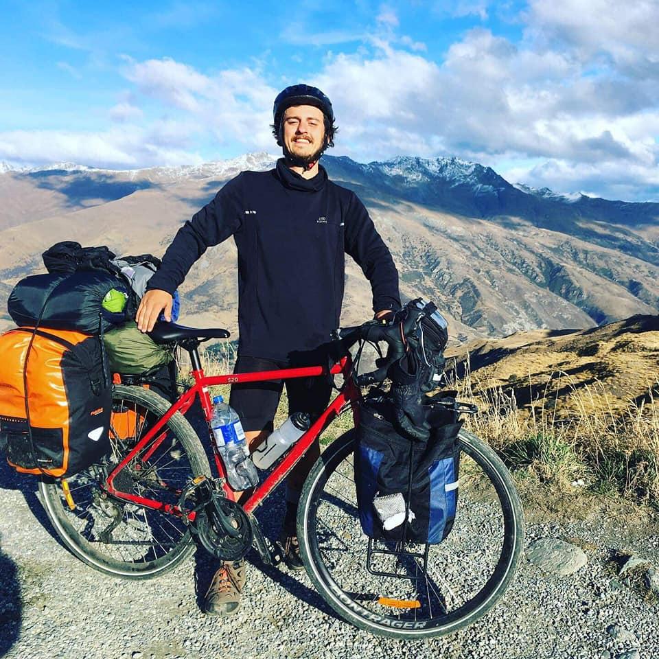 Etahlep le cyclo-voyageur raconte ses aventures sur la radio allo la planete