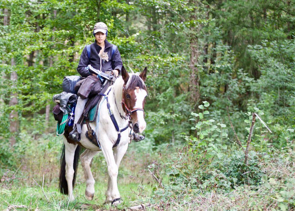 Depuis 5 ans, Eliana Kudela sillonne les chemins avec son cheval Potter. Elle raconte dans l'émission Avec mes Sabots sur Allô la planète comment elle vit cette vit de nomade