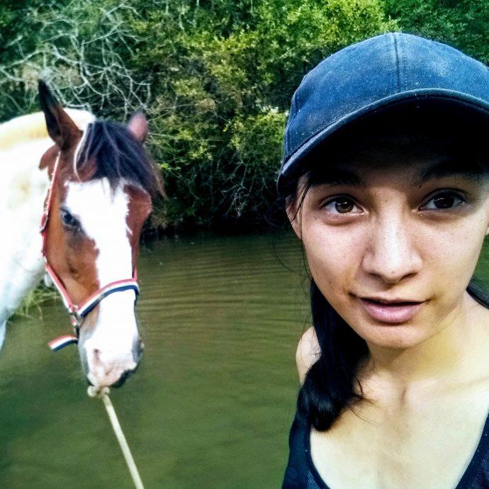 Eliana Kudela sillonne les chemins avec son cheval Potter depuis 5 ans. Elle raconte dans l'émission Avec mes Sabots sur Allô la planète comment elles déroule son voyage sans retour avec son cheval