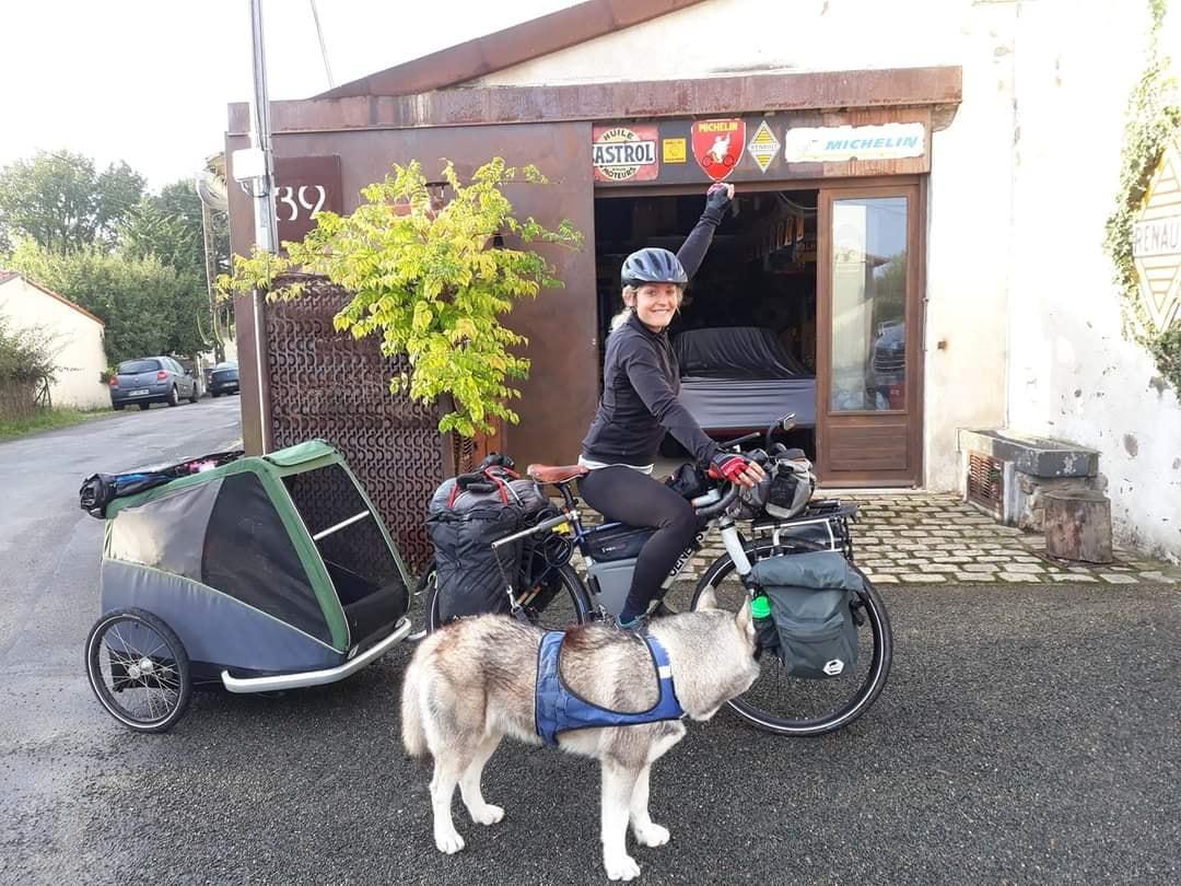 Dans ce nouvel épisode d'Avec mes Sabots, Stéphane accueille Laurence, partie d'Amiens en septembre dernier à vélo avec son chien Ottawa et son vélo. Un voyage sans limite de temps et sans destination précise.