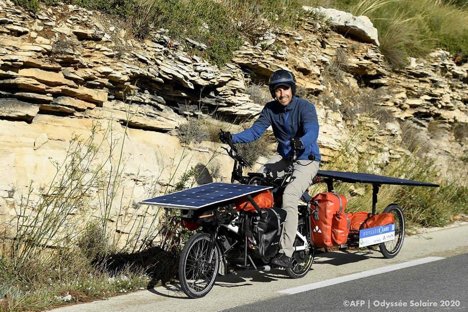 Jérômevit à Avignon et voyage avec son vélo électrique équipé de grands panneaux solaires.