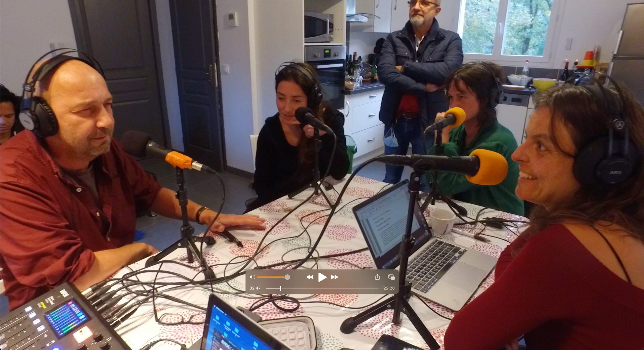 Eric Lange enregistre cet Allô la Planète en Ardèche avec le duo de Pianocéan et l'équipe de la radio.