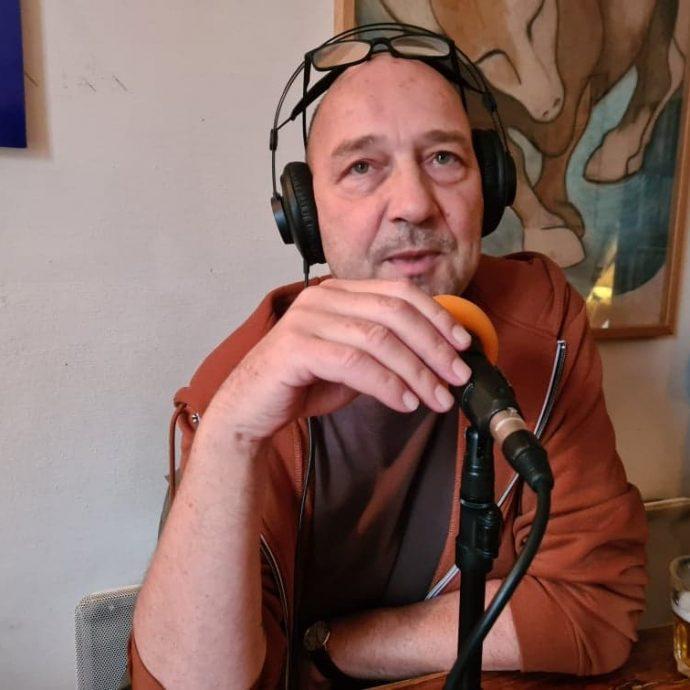 Eric Lange présente une émission Allo la Planète spéciale election Américaine