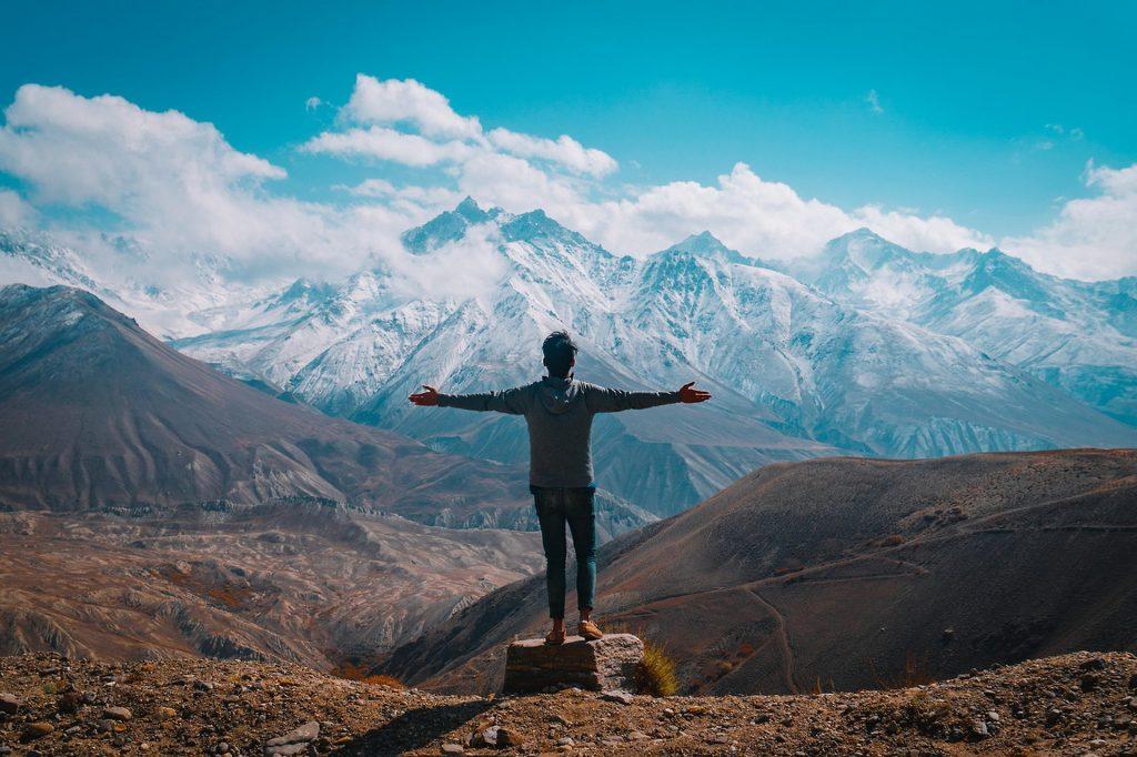 l'homme face à la montagne