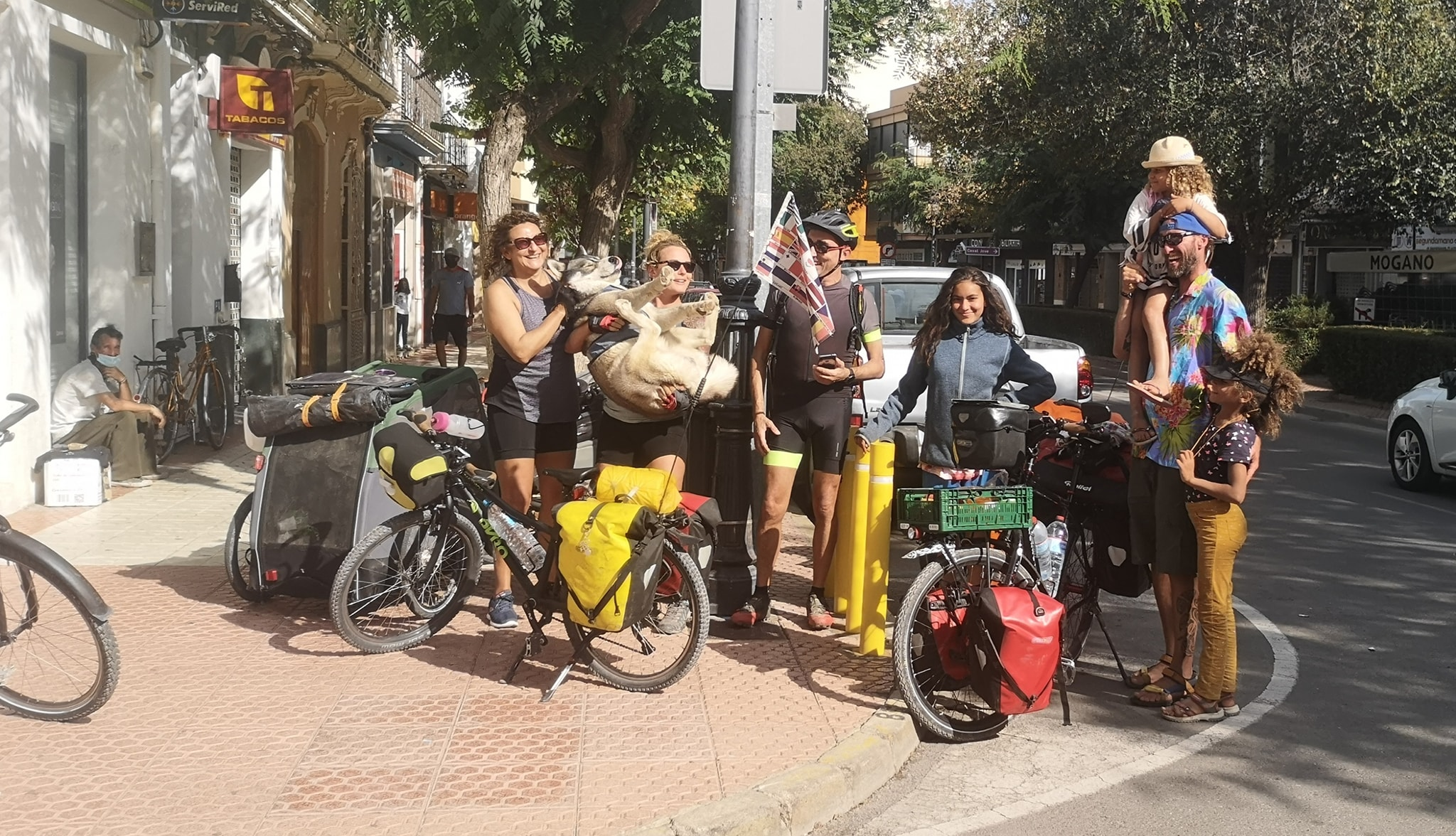 Actuellement en Espagne, Laurence voyage à vélo avec un chien nommé Ottawa