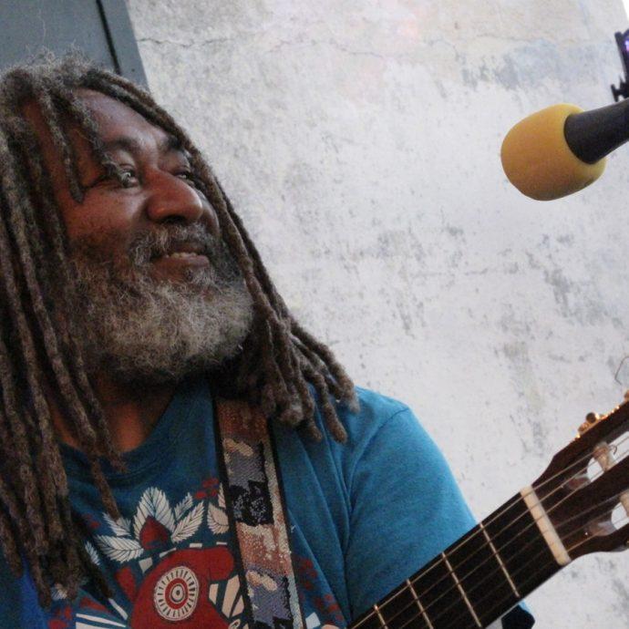 Manbouss, auteur d'un reggae acoustique aux envolées militante, répond aux questions de Fabrice Bérard pour l'émission Z Interview sur Allo la Planète