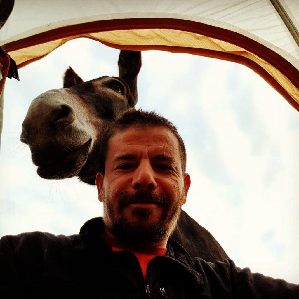 Un homme avec un âne et c'est parti pour le Marius Tour de France Allo la planete avec mes sabots stéphane blaise