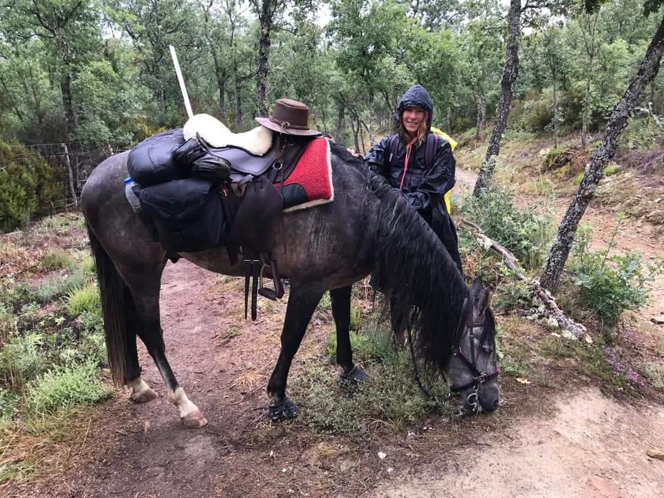 Amandine Vandermonst compostelle avec son cheval avec mes sabots allo la planete podcast voyage