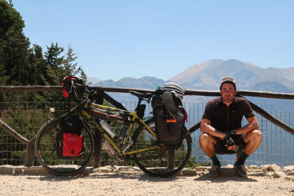 Damien Cahen dans voyages sans ailes sur allo la planete Le voyage à vélo forme la jeunesse